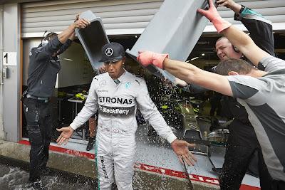Льюис Хэмилтон обливается ледяной водой - Ice Bucket Challenge на Гран-при Бельгии 2014