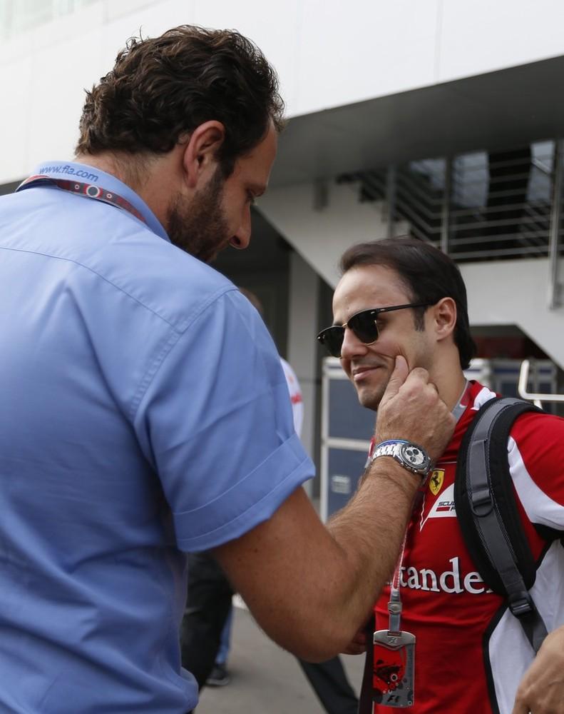 сотрудник FIA держит Фелипе Массу за щеку на Гран-при Индии 2012