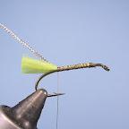 1. Do haczyka przywiązuję chwościk z jaskrawo seledynowej włóczki syntetycznej i owalną srebrną lametę.