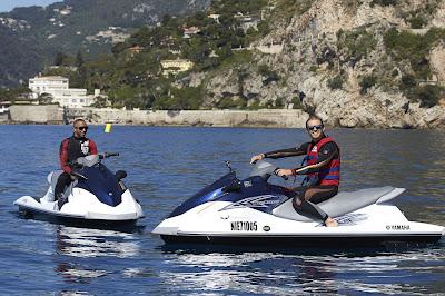 Льюис Хэмилтон и Нико Росберг катаются на водных скутерах на Гран-при Монако 2013