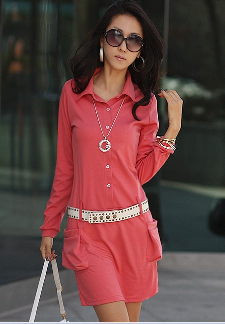 Модное платье красного цвета с рукавами длинными.