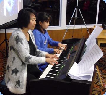 Mum, Yuko Tani played duet with Hana on the Clavinova CVP-509.