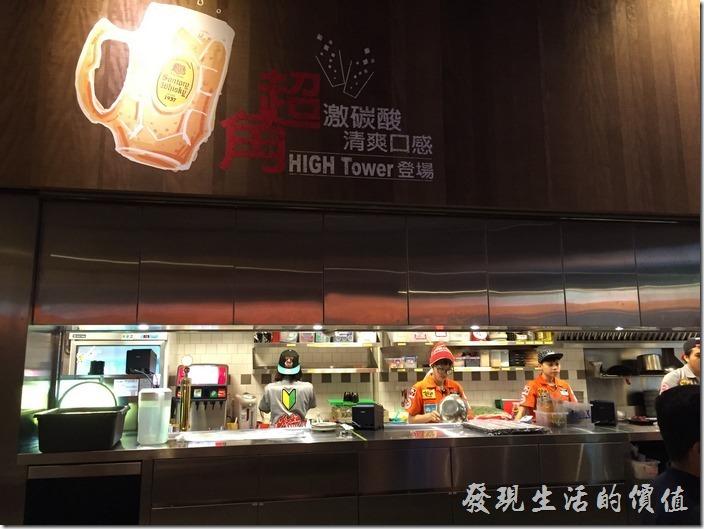 台北南港-乾杯燒烤。乾杯南港店的開放式廚房。