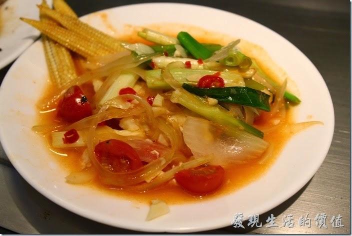 台南-椰如鐵板燒創意料理。青衣寒鯛(鸚哥魚)上菜了,上面放了好多的玉米筍、洋蔥、蕃茄、青蔥等蔬菜,下面覆蓋著魚肉。
