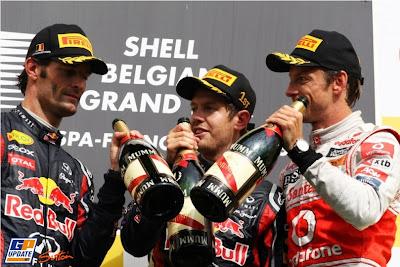 Марк Уэббер Себастьян Феттель и Дженсон Баттон на подиуме с шампанским на Гран-при Бельгии 2011