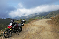 Auf der streckenweise geschotterten Dosso Alto-Höhenstrasse.