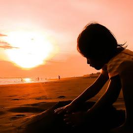 bermain pasir by Edi Waluyo - Babies & Children Children Candids ( sky, sunset, lanscape, sea, sunrise, beach )