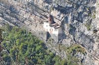 Bei Rovereto in der Lenoschlucht. Einsiedelei von San Colombano aus dem Jahr 1319.