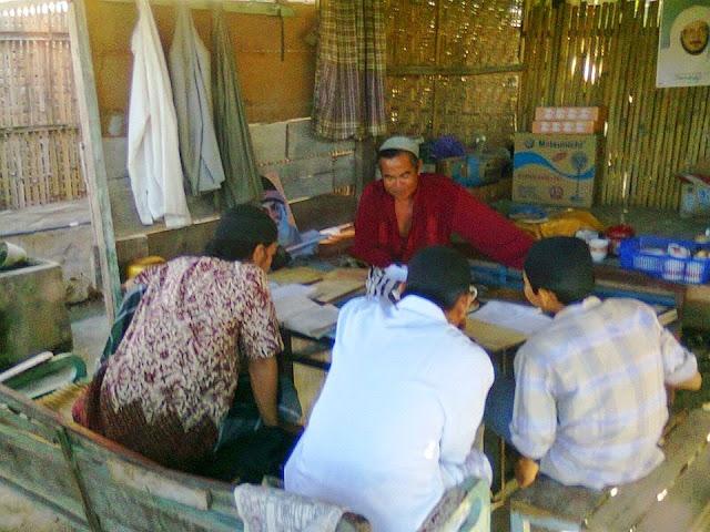 anak-anak mengkaji kitab kuning di pambusuang