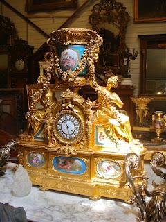 Большие, каминные часы ок.1850 г. Бронза, золочение, Севрский фарфор, роспись. Высота 100 см. 110000 евро.