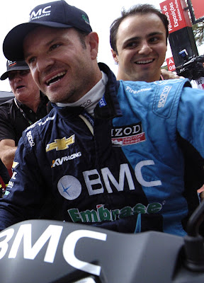 Рубенс Баррикелло катает Фелипе Массу на мопеде на гонке IndyCar Sao Paulo 300 в Бразилии 28 апреля 2012