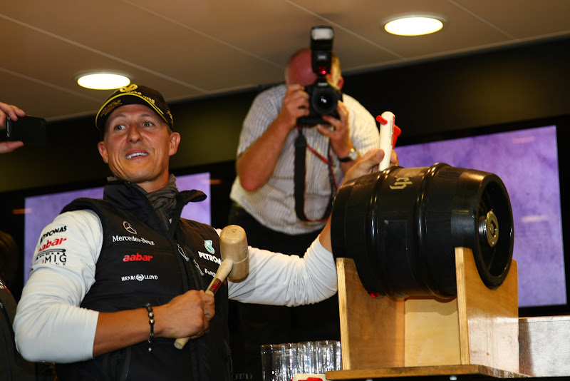 Михаэль Шумахер открывает бочонок с пивом на вечеринке Гран-при Бельгии 2011 в Спа