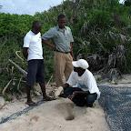 Ras Kutani, Mitarbeiter legen das Schildkrötennest frei © Foto: Svenja Penzel | Outback Africa Erlebnisreisen