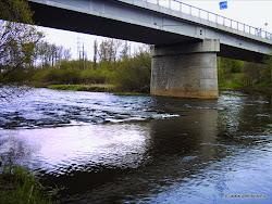 Citice most,  vlevo možnosti stravování, nákupní možnosti, kostel, železniční stanice 400m. Pod mostem zbytky rozbořené hrázky.