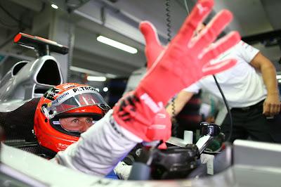 Михаэль Шумахер одевает красные перчатки в пятницу на Гран-при Германии 2012
