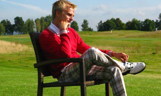 Хейкки Ковалайнен сидит в кресле на турнире по гольфу