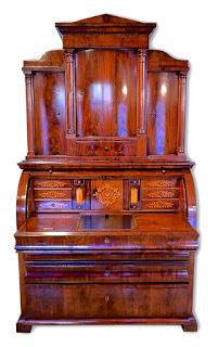 Горка-поставец из красного дерева. ок. 1840 г. 120/58/205 см. 8000 евро.