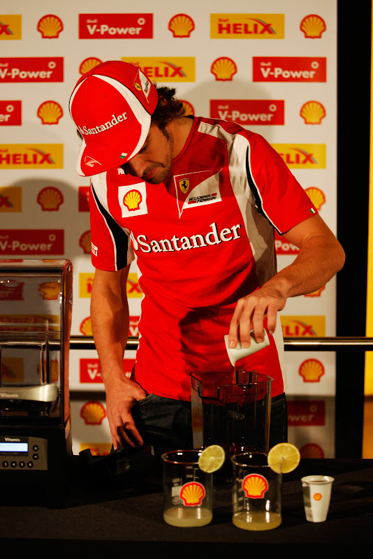 Фернандо Алонсо наливает коктейль на спонсорском мероприятии Shell на Гран-при Абу-Даби 2011