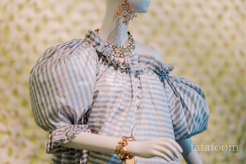 Details of Oscar de la Renta, Evening ensemble: overdress and skirt (not shown), Spring/Summer 1999.