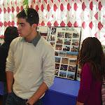 Algunos invitados ven la exposición de fotos