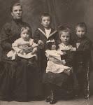 Alida Hendrika van Stam en haar vier kinderen (ca. 1913)