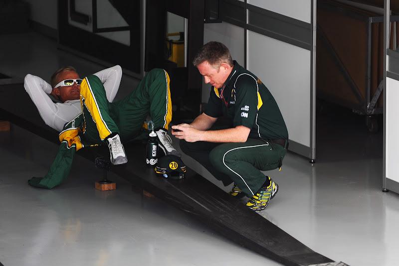 Хейкки Ковалайнен лежит где-то в гараже на Гран-при Бразилии 2011