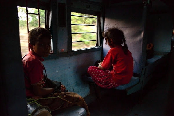 индия поезд вагон попрошайки дети