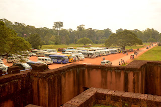 Tłumy pod Tarasem Słoni w Angkor Thorn