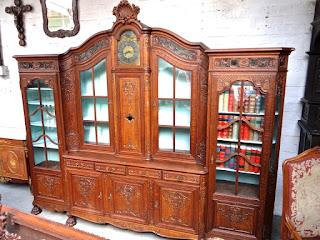 Большой книжный шкаф с часами. 19-й век. 9000 евро.