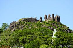 V obci Andělská Hora vypíná 3 km na jih od Šemnické skály a 8 km od Dubiny vypíná strmá znělcová skála (717 m n.m.)se zříceninami hradu na vrcholu. Hrad byl založen kolem roku 1400 a odté doby vystřídal mnoho majitelů. V historických pramenech se píše, žeuž v roce 1437 zanedbaný a sám císař Zikmund přispěl na jeho opravu.Koncem 15. století bylo v podhradí založeno městečko a o něco pozdějibyl hrad přestavěn a rozšířen. V 16. století byl jedním z hlavních centeralchymie v Čechách. Hrad byl zpustošen požárem roku 1718 a do dnešnídoby se zachovala pouze jeho zřícenina.