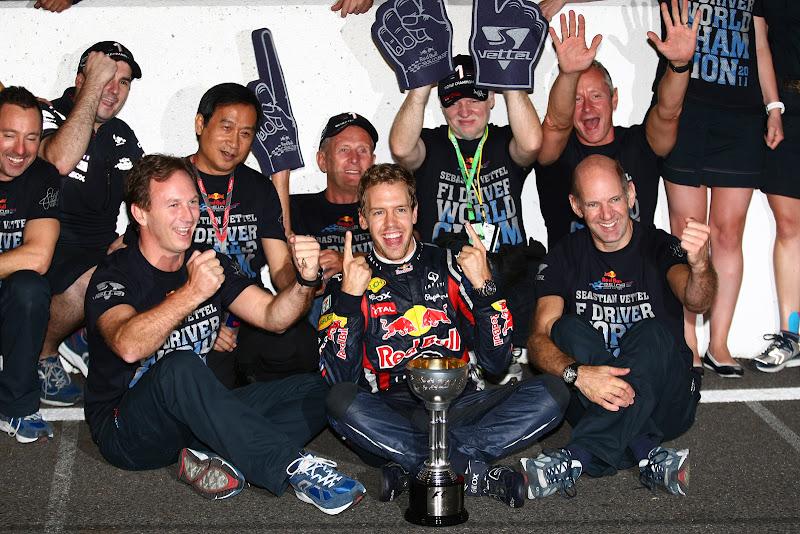 Себастьян Феттель в окружении команды после выигранного титула на Гран-при Японии 2011