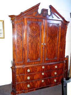 Большой антикварный шкаф из красного дерева. ок.1830 г. 9000 евро.