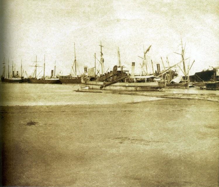La draga GANDIA en el puerto de Gandia. Ca. 1900. Foto del libro Historia del Port de Gandia.jpg