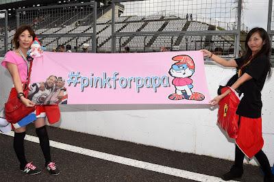 болельщики Дженсона Баттона с баннером #pinkforpapa на Гран-при Японии 2014