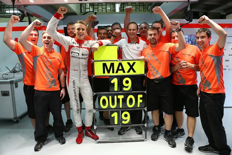 Макс Чилтон финиширует в 19 из 19 гонок сезона - фото с механиками Marussia на Гран-при Бразилии 2013