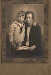 Cees Serné met zijn moeder Jacoba van Koningsbruggen (circa 1927/28)