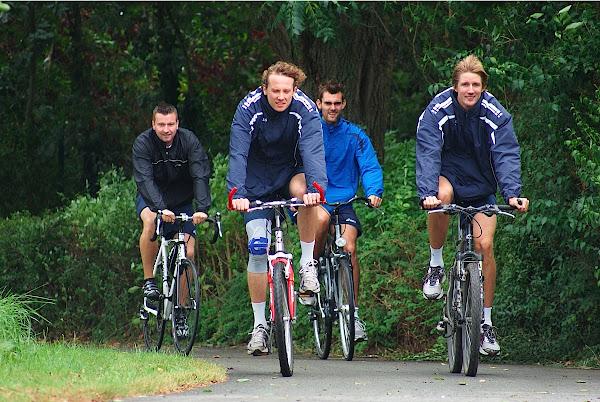 spelers Knack Roeselare fietsen mee tijdens West-Vlaanderens Mooiste