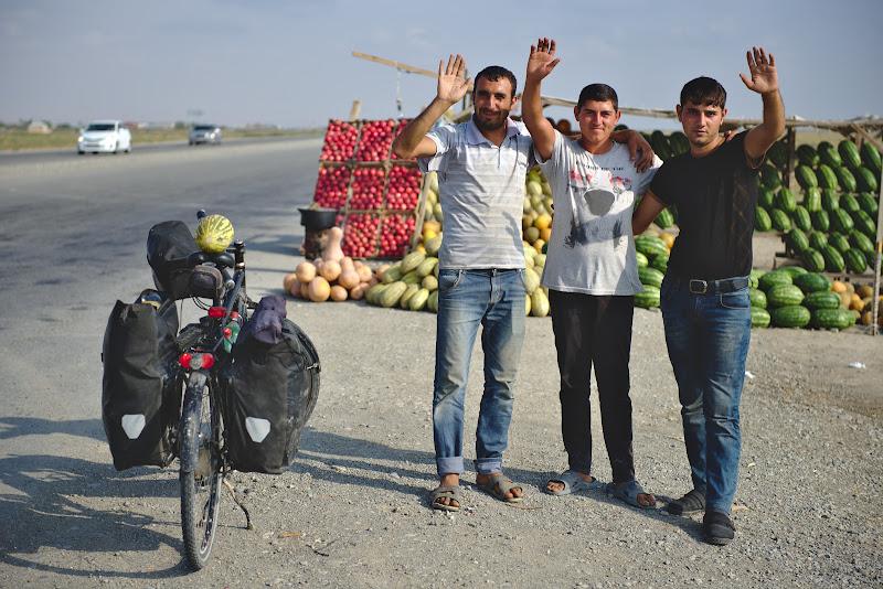 Trei azeri ce m-au strigat de pe ceallta parte a drumului, si un pepene galben extrem de bun primit de pomana.