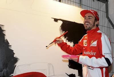 Фернандо Алонсо разукрашивает болид Ferrari на спонсорском мероприятии Santander - март 2013