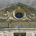 Château de Courson : fronton sur jardin
