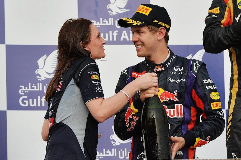Джилл Джонс и Себастьян Феттель на подиуме Сахира на Гран-при Бахрейна 2013