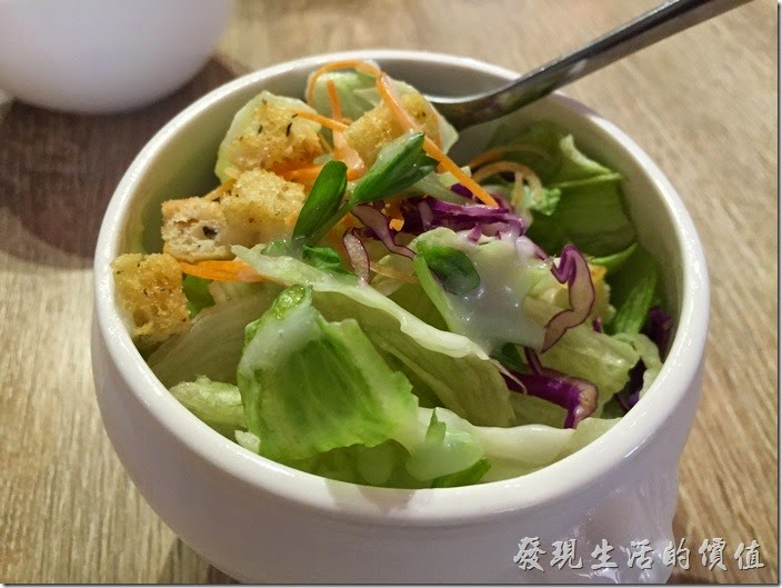 台南-235巷pasta。套餐附贈的沙拉,小小一碗,跟喝濃湯的碗一樣大,使用優葛醬,沙拉全部都是生菜。