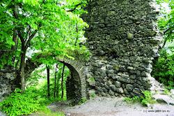 Ve 14. století císař Karel IV. obce Boč a Stráž připojil k hradu Hauenštejn (Horní hrad), později byla správa převedena do nově zbudovaného hradu Himlštejn. Jeho zbytky leží na výrazné čedičové homoli zvané Nebesa či Nebeská skála nad Pekelským potokem (zelená turist. značka).