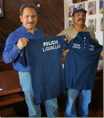 VIERNES 24 de abril de 2015 ENTREGA NFA UNIFORMES PARA POLICIAS DE LAGUNILLAS