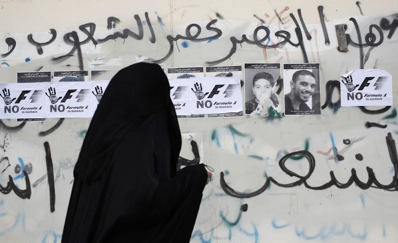 постеры на стенах в знак протеста Гран-при Бахрейна 2012