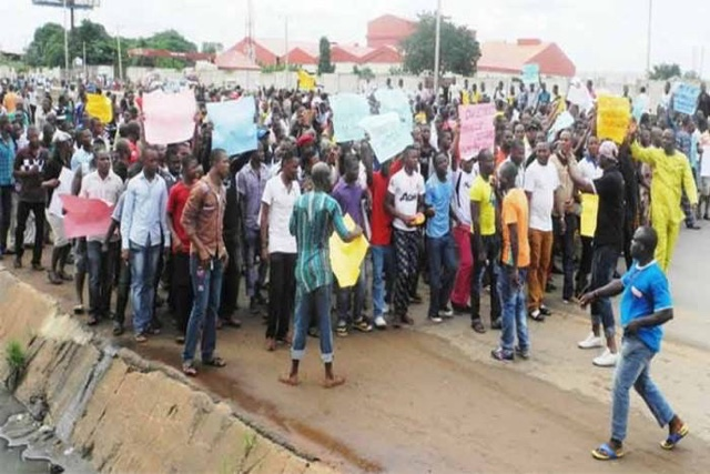 PHOTOS: Onitsha Residents Protesting Over News That Boko Haram Prisoners Are Being Relocated To Onitsha And Ekwulobia Prison 1