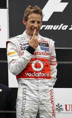 Дженсон Баттон показывает палец на подиуме Гран-при Китая 2012
