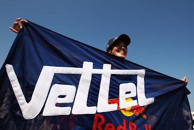 болельщица Себастьяна Феттеля и Red Bull на Гран-при Японии 2011