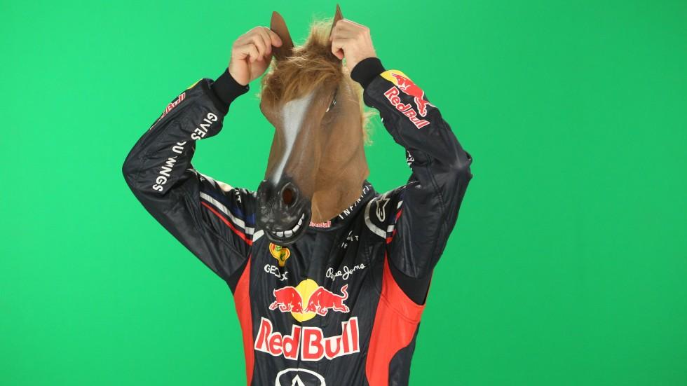 Себастьян Феттель в маске лошади - фотосессия RTL на зеленом экране
