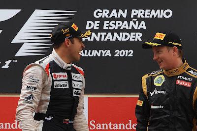 радующийся Пастор Мальдонадо и улыбающийся Кими Райкконен на подиуме Гран-при Испании 2012